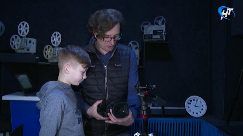 Московский эксперт киноиндустрии Павел Морозов помогает ученикам новгородской киношколы создать фильм с нуля