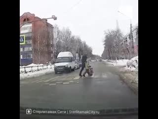 В Башкирии водитель маршрутки стал героем после публикации видео, где он помогает ребенку