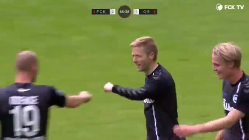 В Дании 40-летний тренер Хенрик Хансен вышел на замену, отобрал мяч и перебросил вратаря