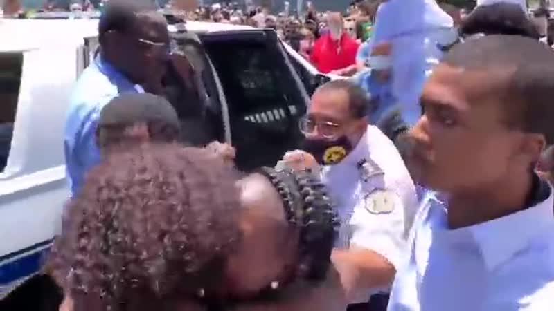 Полиция американского Нового Орлеана освободила одну из протестующих практически сразу после задержания когда толпа окружили сл