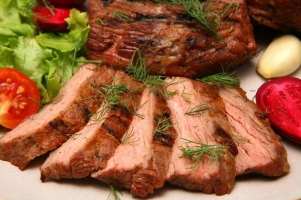 А НУЖЕН ЛИ БЕЛОК Праздничная еда обычно богата углеводами, но с низким содержанием белка. Очень важно включать немного белка в каждый прием пищи, так как он способствует насыщению и может быть