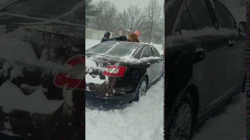 Американец очистил машину от снега своим ребенком Dad Uses Son to Clean Snow Off Car