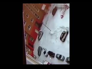 Водитель наехал на 5-летнего мальчика во дворе дома и протащил его несколько метров. Ребенок получил множественные переломы