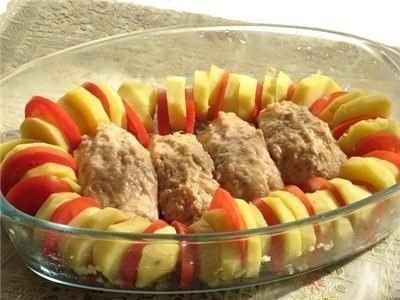 Запеченные куриные котлетки с гарниром Полосатый рейс  Вам потребуется для котлет 1 куриная грудка(филе) 1 яйцо 1 небольшая луковица 1 ч.л. зерновой горчицы 1 ч.л. кетчупа специи соль 2-3