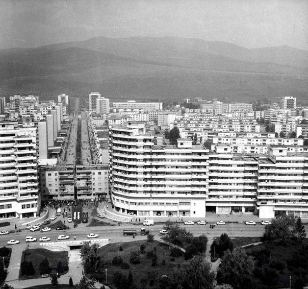 Релокация пятиэтажного жилого дома, АлбаЮлия, 1987 год. В 1980х годах в АлбаЮлии прокладывали новый бульвар и на пути его следования стоял пятиэтажный жилой дом. Пока строился бульвар долго