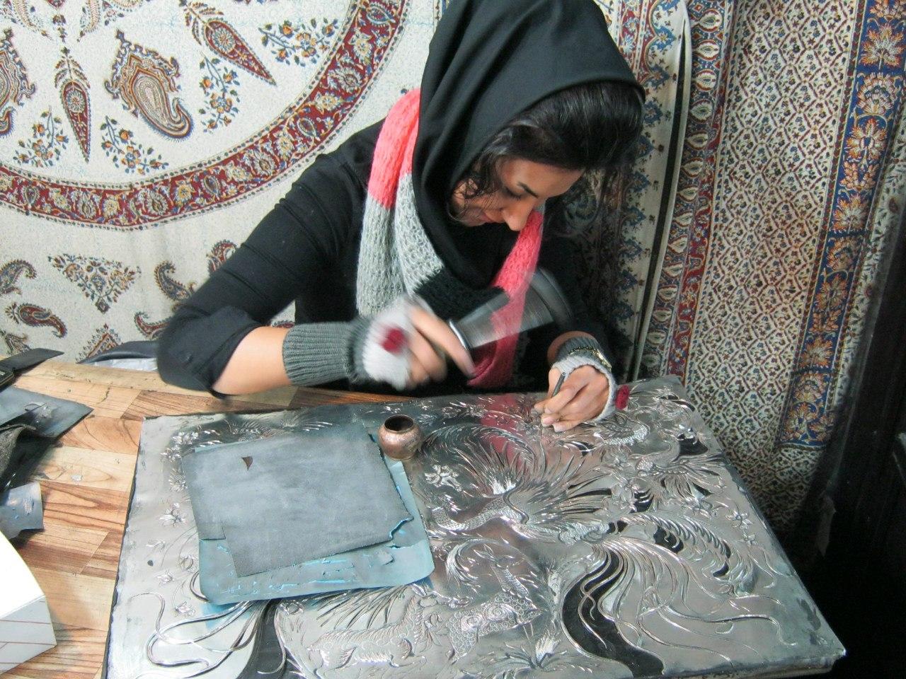 девушки в Иране редко покрывают волосы на своей голове