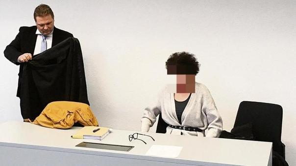 27-летнюю Юлиану из Менхенгладбаха (Северный Рейн-Вестфалия ударило током, когда она говорила по телефону, подключенному к сети. Она получила сильные ожоги. Теперь женщина подала в суд на