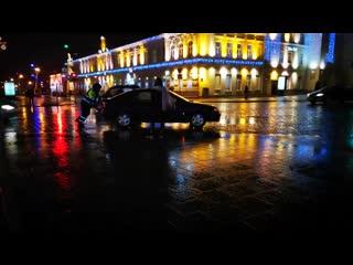 В Гродно инспектор ДПС в одиночку оттолкал сломавшийся автомобиль