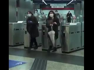А вот посмотрите, какие зверства устраивает в метро полиция Испании