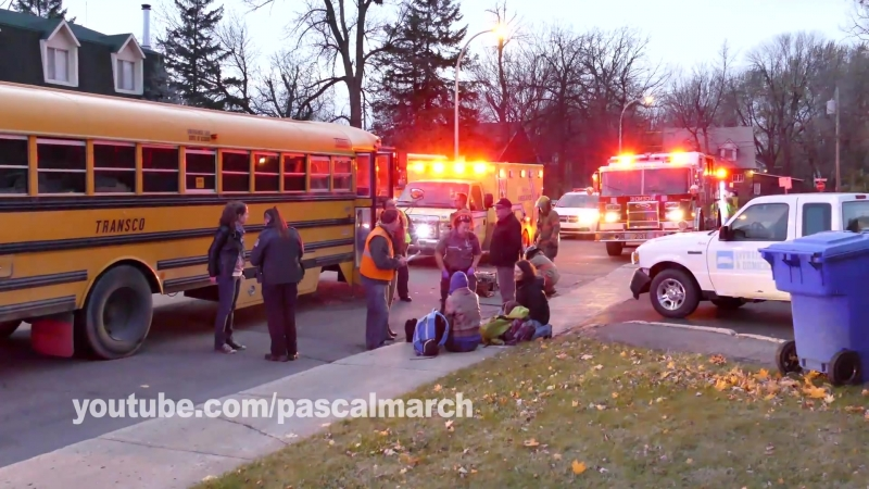 Firemen use jaws of life to fix school bus after crash Accident à Longueuil 11 13 2013