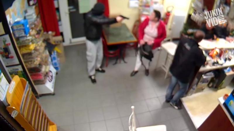 Женщина накостыляла грабителю с пистолетом
