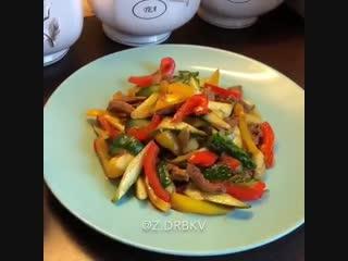 Салат с огурцами и мясом в соевом соусе