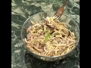 Салат из яичных блинчиков с говядинои