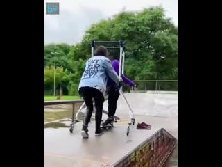Мама помогает сыну с ДЦП покататься на скейте