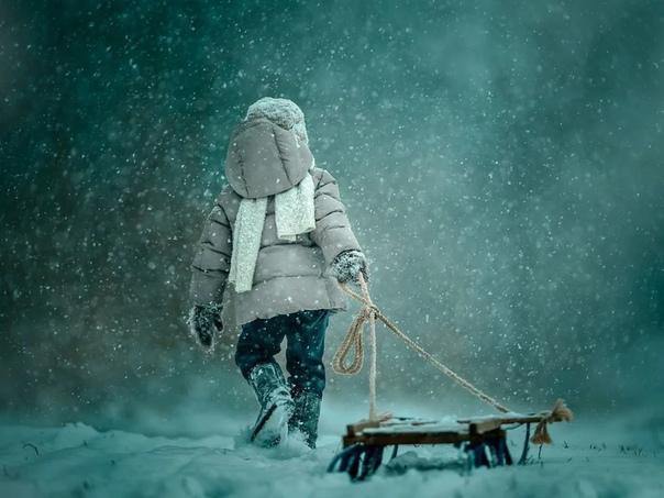 ДВОРНИК ПО ПРОЗВИЩУ СИРЕНЕВЫЙ ТУМАН Дворник Виталик по прозвищу Сиреневый Туман всегда ходит с лопатой. Без лопаты он боится упасть и так остаться навек, горизонтальным. Трезвым он не работает,