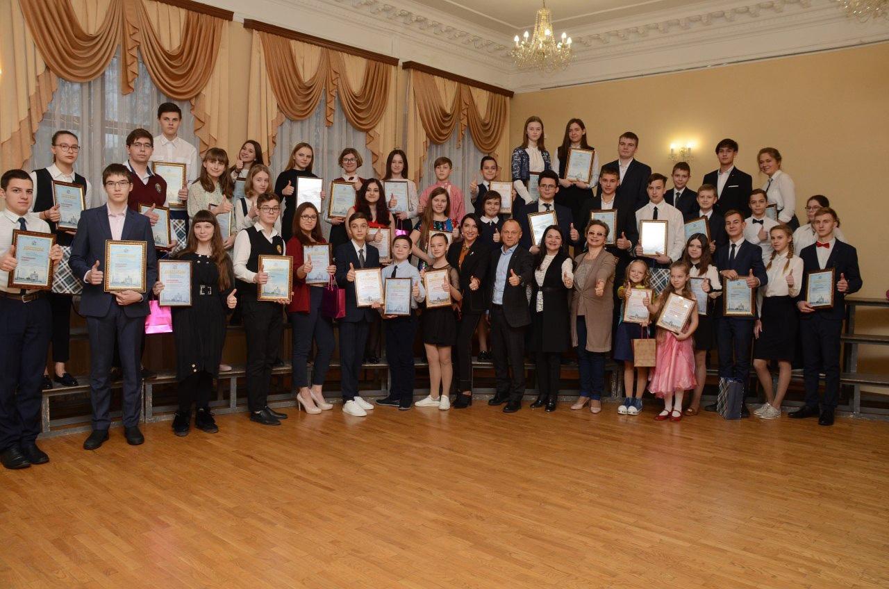 В Курской области продолжают поощрять талантливую молодёжь