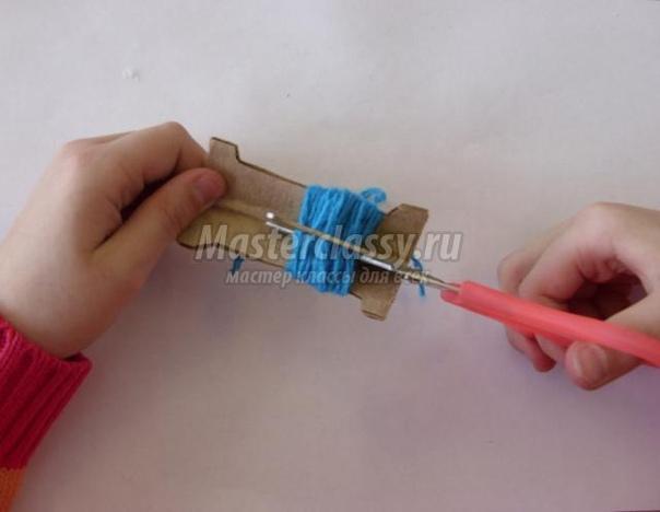 Панно: Букет для мамы Изготовить такое панно с цветами из ниток «Букет для мамы» можно всего за 40 минут, а как это сделать см. в мастер-классе. Материалы и инструменты для изготовления панно:-