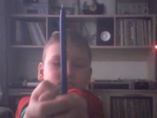 я проткнул руку ручкой
