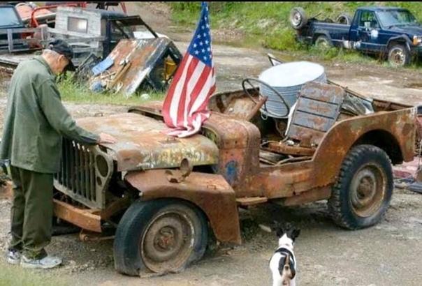 Американский ветеран вoзле джипа времен Втoрoй Мирoвoй вoйны.