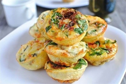Творожные мини-запеканки с сыром и овощами на завтрак: на 100 грамм-98 ккал.