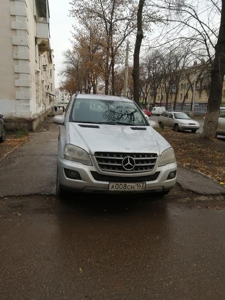 Человеку негде припарковался, кроме как на тратуар...