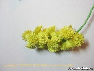 ПУШИСТАЯ МИМОЗА Для того, чтобы сделать цветы из бумажных лент, нам понадобится:* Бумага 3-х цветов (красная,жёлтая и зелёная)* Клей ПВА* НожницыДля цветочков нарежьте бахрому на желтых полосках