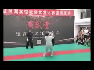 49-летний боец-любитель MMA за 30 секунд нокаутировал 69-летнего мастера тайцзицюань Ма Баого.