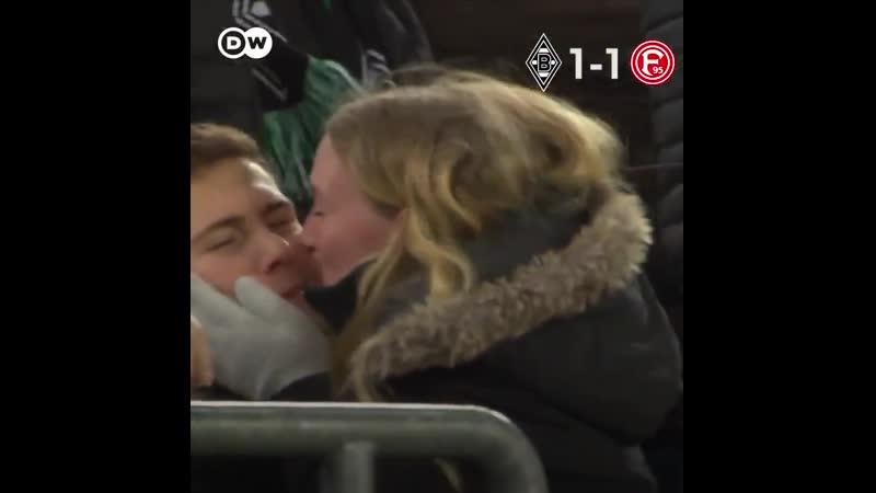Rju Vidos. Влюбленная пара смотрит футбол