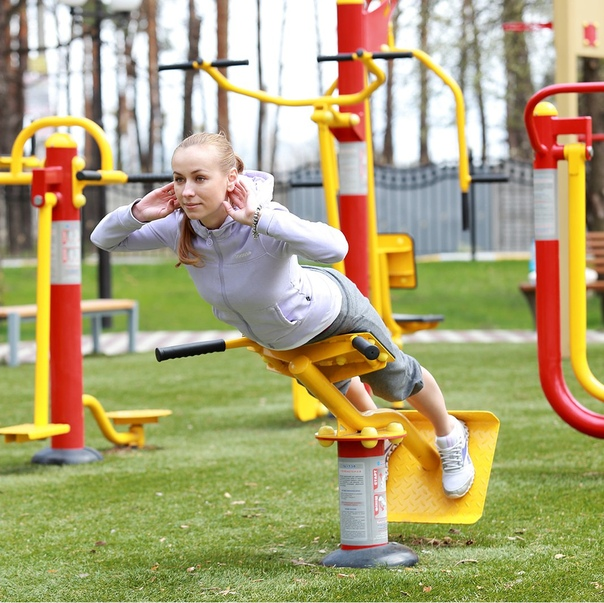 Занятия спортом на свежем воздухе позволяют с лихвой заменить тренировки в душном фитнес-зале. Главное – знать, как заниматься на уличных тренажерах, установленных на площадках.